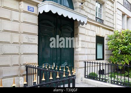París, Francia - 22 de julio de 2017: edificio de Christian Dior, La Maison de la avenida Montaigne 30 en París, Francia.