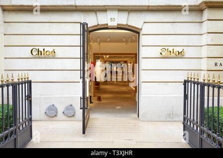 París, Francia - 22 de julio de 2017: Chloe moda tienda de lujo en la avenue Montaigne en París, Francia.