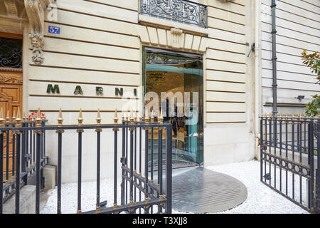 París, Francia - 22 de julio de 2017: Marni moda tienda de lujo en la avenue Montaigne en París, Francia.
