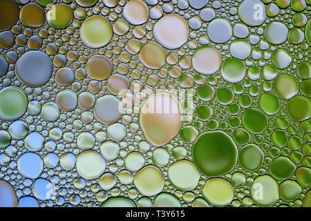 Burbujas de agua aceite multicolor abstracto textura. Fondo de colores. Foto de stock