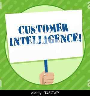 Escribir nota que muestra la inteligencia de clientes. Concepto de negocio para el proceso de análisis de información sobre los clientes mano sujetando letrero blanco compat