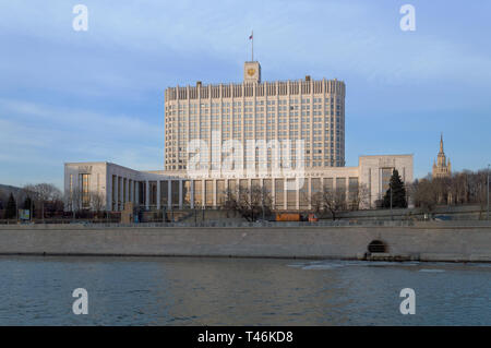 Moscú, Rusia, Marzo 09, 2017: vista desde el río Moskva en la Federación de Rusia, la Casa de Gobierno Foto de stock