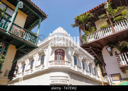 Colombia, Cartagena, Centro de la Ciudad amurallada, Centro, edificio Pineres, balcones de madera de arquitectura colonial, exterior del edificio, balaustrada, Ket
