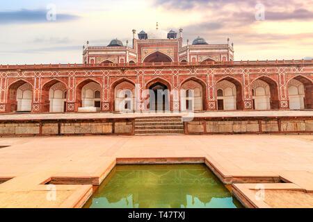 Tumba de Humayun arquitectura medieval de piedra arenisca roja en Delhi India al atardecer con cielo de Moody. Tumba de Humayun es un sitio del Patrimonio Mundial de la UNESCO.