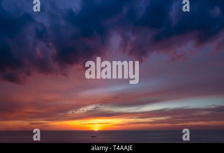 Hermosa vista de la puesta de sol, un paisaje impresionante de un amanecer sobre el mar, oscura, dramática escena natural de fondo abstracto