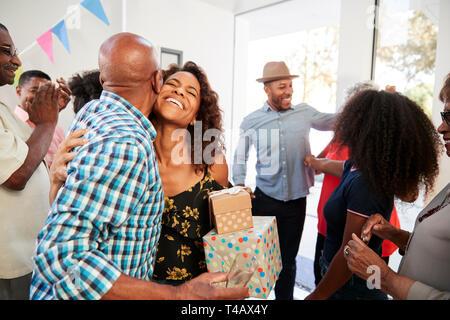Tres generaciones de la familia negra que da la bienvenida a los huéspedes en la puerta de su casa,cerrar Foto de stock