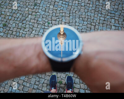 Viajar alrededor del mundo. Alexanderplatz con la torre de televisión en la parte oriental de Berlín, Alemania