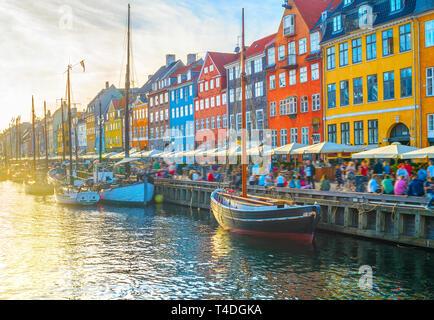 Nyhavn vista con botes por terraplén al atardecer, gente, desenfoque de movimiento, Copenhague, Dinamarca