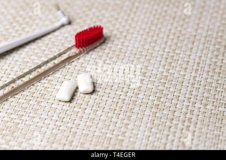 Concepto de higiene oral. Concepto de limpieza de dientes con espacio de copia. Proteger los dientes de caries de esmalte o placa concepto. Cepillo de dientes y gomas de mascar pad