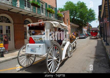 Paseos en carruaje tirado por caballos Chartres Street entre Dumaine Street y St Ann Street en el Barrio Francés de Nueva Orleans, Luisiana, Estados Unidos.