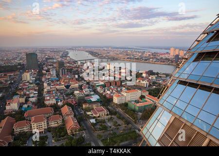 Vistas de la ciudad al atardecer desde el Sky Bar en el Rosewood Phnom Penh, Phnom Penh, Camboya, Sudeste Asiático, Asia
