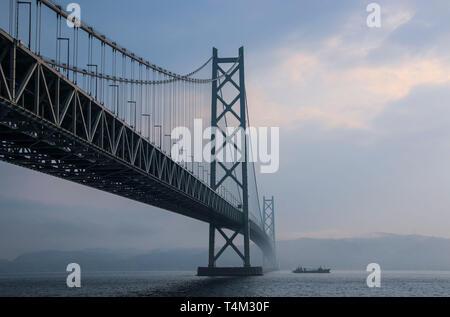 KOBE, JAPÓN - Marzo 30, 2019: Puente Akashi Kaikyo spanning el Mar Interior de Seto desde Awaji Island a Kobe, Japón.