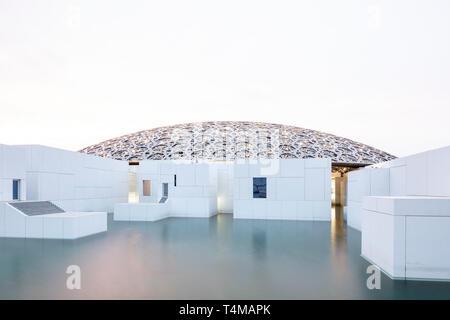 La Isla de Saadiyat, Abu Dhabi, Emiratos Árabes Unidos - Abril 12, 2019: el Louvre Abu Dhabi en la Isla de Saadiyat, diseñado por el arquitecto Jean Nouvel. ( Ryan