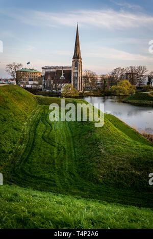 La Iglesia de San Alban, popularmente conocida como la Iglesia Inglesa de Kastellet, en forma de estrella, fortaleza del siglo XVII, con murallas, Copenhague, Dinamarca