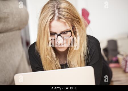 Joven rubia trabajando en el portátil