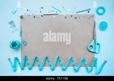 Kit de costura sobre un fondo azul. Vista desde arriba