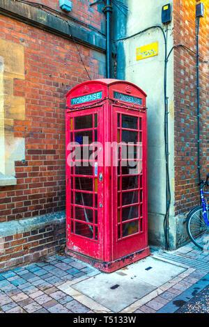 Grado II rojo enumerados en el cuadro teléfono Pembroke Street con la palabra absurdo inscrito, Oxford, Reino Unido