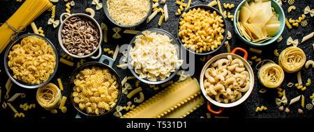 Diferentes tipos de pasta seca en tazones. Vista superior