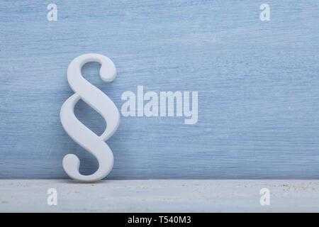 Close-up de un símbolo de párrafo recostada sobre la pared azul