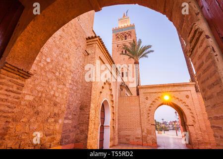 Ángulo de visión baja de la Mezquita de Koutoubia en Marrakesh, Marruecos
