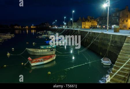 Barfleur, Francia - 29 de agosto de 2018: vista nocturna del puerto de Barfleur. Este es uno de los pueblos más bellos de Francia