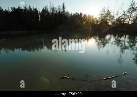 Hermoso lago Turquesa en Letonia - estilo Meditirenian colores en Estados bálticos - Lackroga ezers