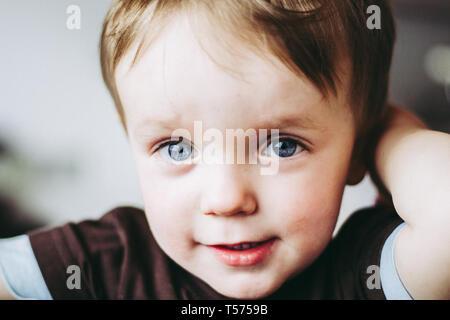 Niño mirando inocentemente a la cámara.
