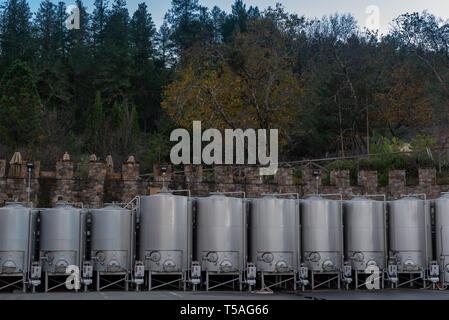 Diciembre-06-2016, acero inoxidable depósito de vino en Napa Valley Castello di amorosa bodega. Los tanques junto con el castillo está abierto para los visitantes un tour