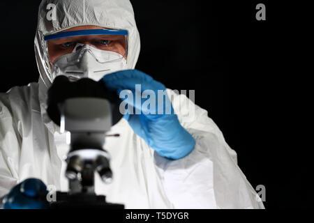 Científico de química médica mediante microscopio