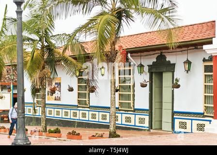 Colorida arquitectura estilo colonial en la ciudad de Guatape. Medillin, Colombia