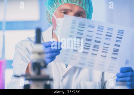 El científico que analiza la secuencia de ADN en el laboratorio moderno