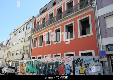 Arte en la calle en el acaparamiento fuera del sitio de construcción de apartamentos da Rua Miguel Bombarda en Oporto, Portugal KATHY DEWITT