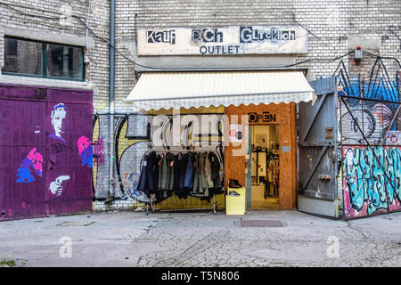 Boda, Berlín. Kauf Dich Glücklich & Fashion Outlet tienda de ropa en el patio interior del antiguo edificio industrial dilapidados en Gerichtstrasse 23.