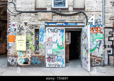 Boda, Berlín. Fabric 23 Wekrloft entrada en el patio interior del ruinoso antiguo edificio industrial junto al río Panke en Gerichtstrasse 23.