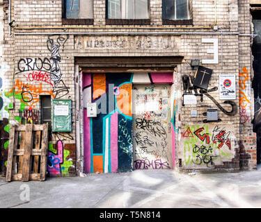 Boda, Berlín. Patio interior del ruinoso antiguo edificio industrial junto al río Panke en Gerichtstrasse 23. Uso residencial y comercial.