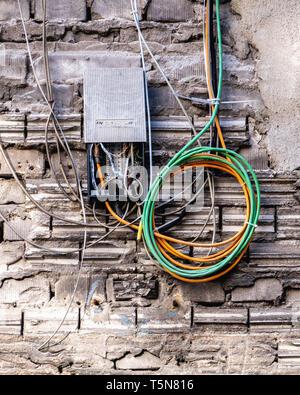 Boda, Berlin.El cableado eléctrico en el patio interior del ruinoso antiguo edificio industrial junto al río Panke Gerichtstrasse 23.Edificio en detalle.