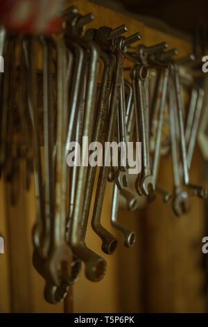 Llave de metal organizado diferentes herramientas en un garaje, cerrar
