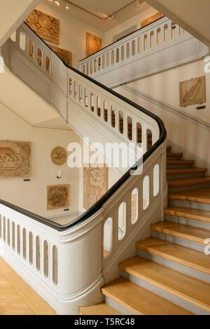 Una escalera de madera en el Museo Nacional de Copenhague, Dinamarca.