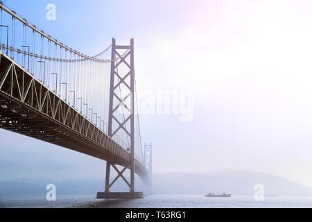 Puente Akashi Kaikyo, el puente colgante más largo, atravesando el Mar Interior de Seto desde Awaji Island a Kobe, Japón.