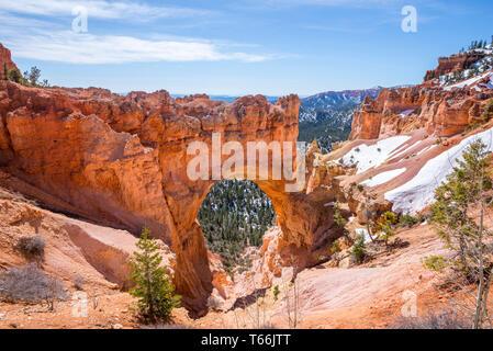 El puente natural de roca. Bryce Canyon National Park, Utah, EE.UU..
