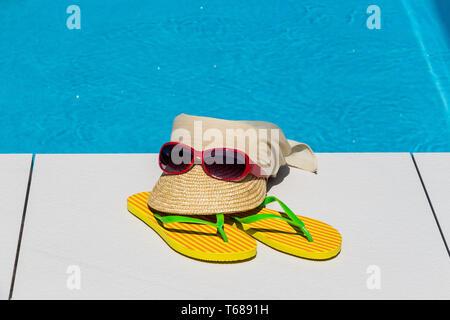 Símbolo de vacaciones Foto de un sombrero para el sol en la piscina