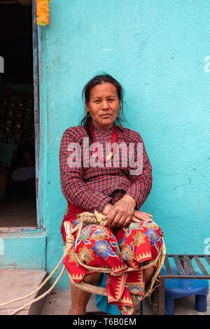 Valle de Katmandú, Nepal / - Abril 15th, 2019 - nepalés de 60 a 70 años de edad en una aldea en el valle.