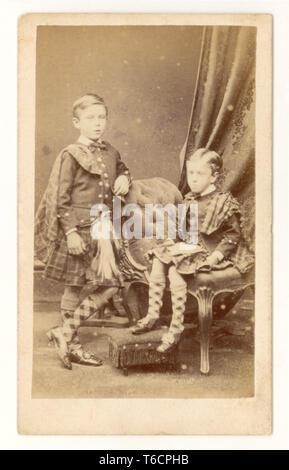 Original Early Faded Carte de Visite (CDV) Victoriano, niños pequeños que usan modernos hornos escoceses, con mantones a cuadros a juego con chaquetas y calcetines, de Clark's studio, Brighton, Reino Unido, alrededor de 1860's.