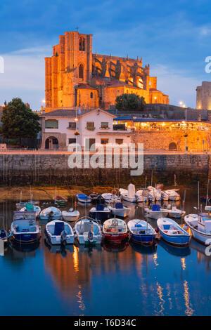 España, Cantabria, Castro-Urdiales, el puerto, la iglesia de Santa María y el castillo de Santa Ana al atardecer