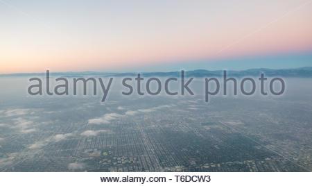 Vista aérea del Valle de San Fernando lado este justo después puesta de sol con neblina