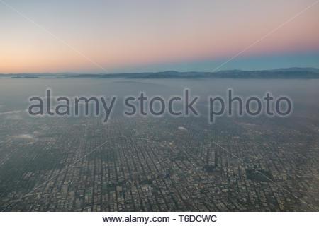 Valle de San Fernando justo después de la puesta de sol con un cinturón de Venus visible sobre las montañas de San Gabriel