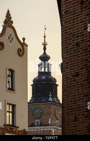 Una visión más cercana de la torre del reloj de la Basílica de Santa María en Cracovia, Polonia. Foto de stock