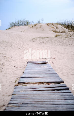 Plancha de madera paseo cerca del mar, en las dunas de la arena Foto de stock