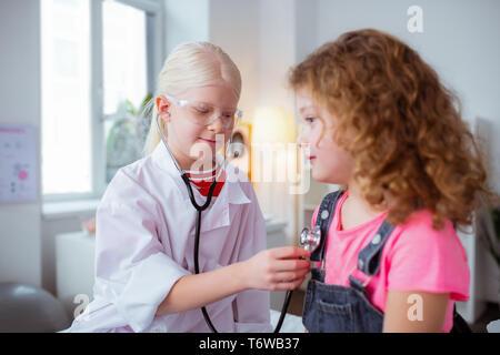 Cute Girls jugando el juego mientras el gasto médico fin de semana juntos