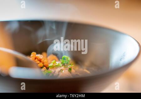 Sopa de fideos con carne de cerdo hervida. Fresca y caliente en un tazón de sopa de fideos en la mesa en un restaurante. Comida en la calle en Tailandia. Almuerzo de estilo tailandés. La comida asiática.
